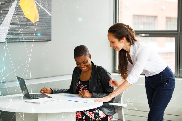 Deux employés travaillent sur le design des études, le développement des protocoles et la gestion des études